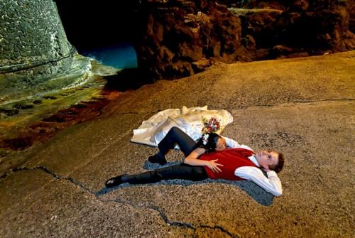 Mariage Réunion allongés sur le sol du petit port de Langevin