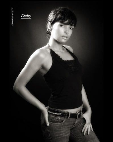 Daisy, photo de studio en noir et blanc.